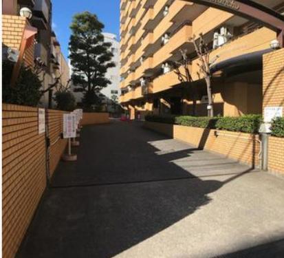 駐車場アプローチ
